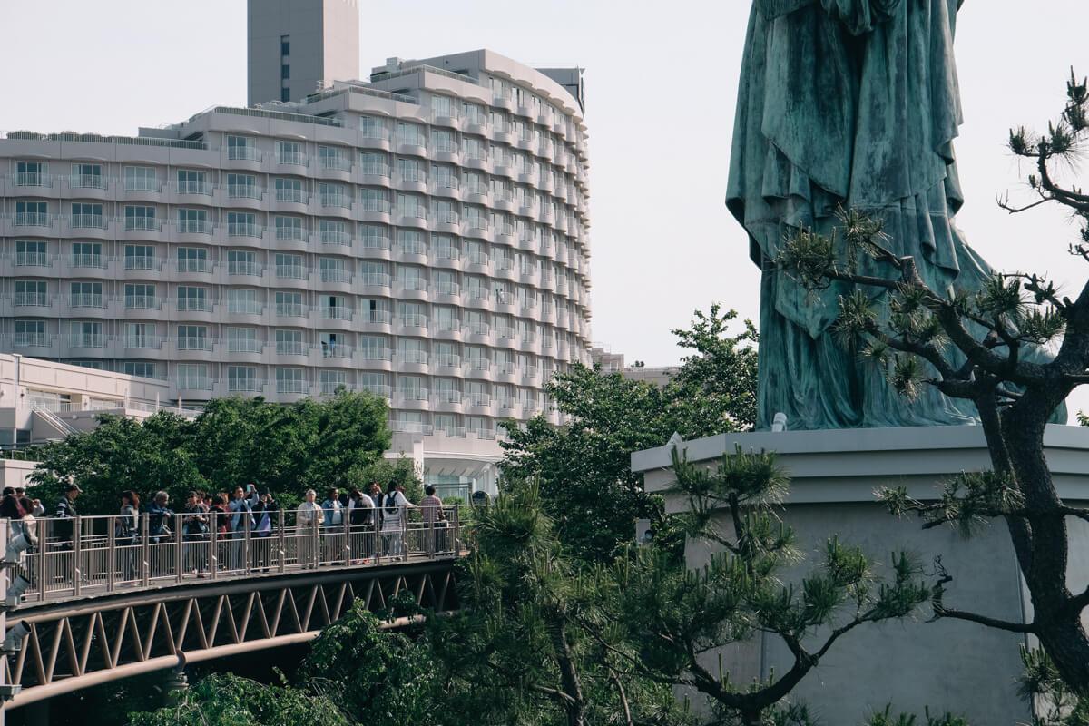 自由の女神像に群がる人