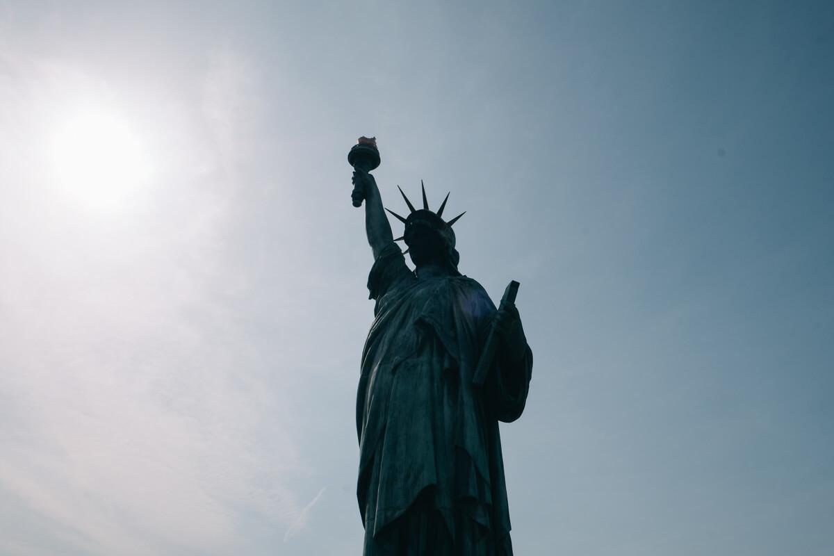 自由の女神像真下