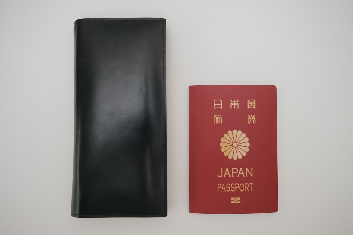 財布とパスポートの写真