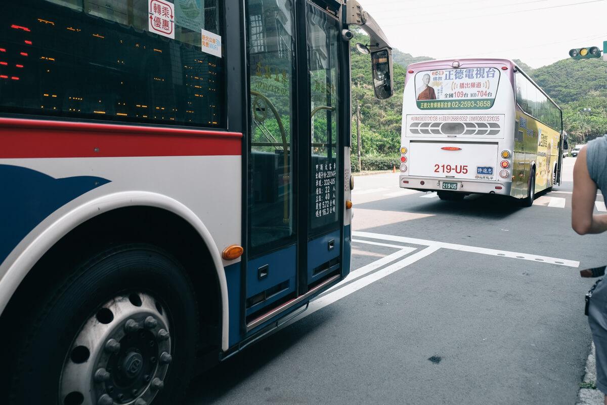 野柳地質公園へバスで向かう