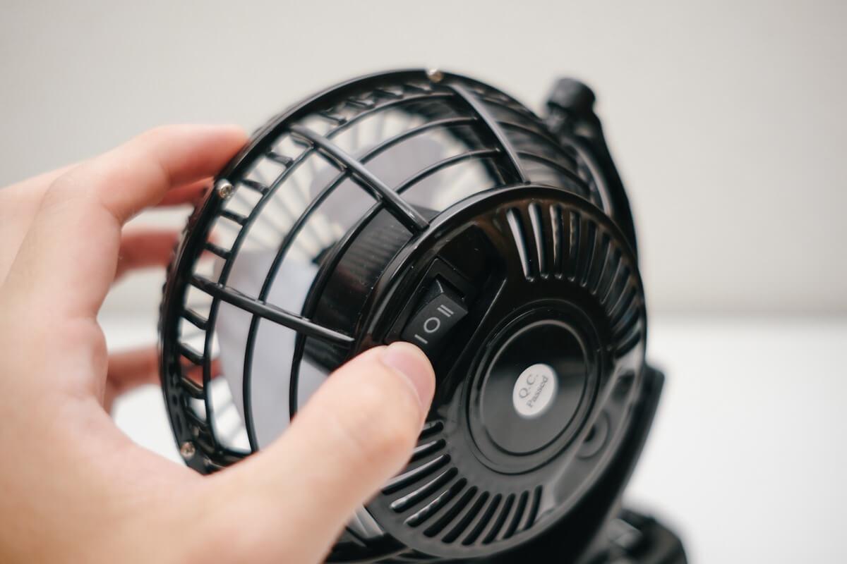電源のオンオフ、風量調節が可能